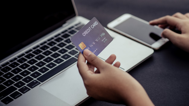 compras-online-pagamento-na-loja-cartao-de-credito-conceito_63145-352