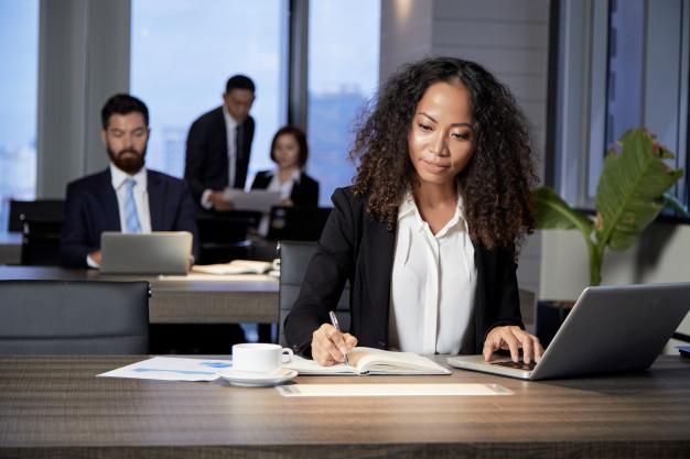 empresaria-etnica-trabalhando-no-escritorio-moderno_1098-20053