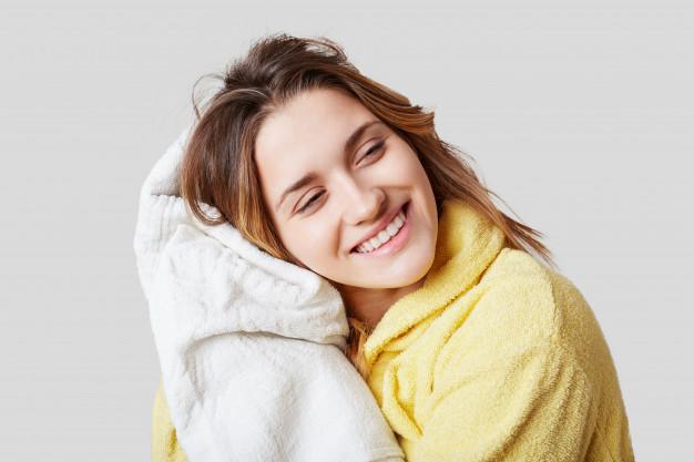 femea-positiva-em-roupao-segura-uma-toalha-branca-descansa-depois-de-tomar-showr-sozinho-tem-expressao-alegre_176532-9588