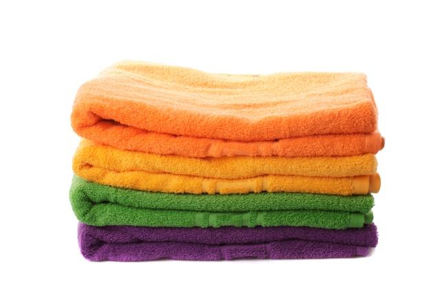 pilha-de-toalhas-coloridas-isoladas-em-branco_290431-111