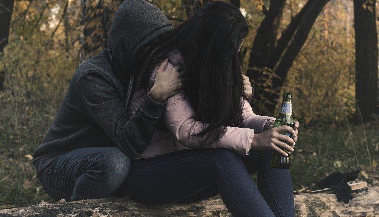 female-alcoholism-2847443_1280